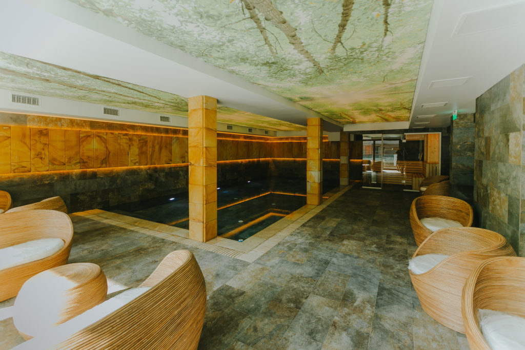 piscina-interioara-hotel-lostrita-4-stele